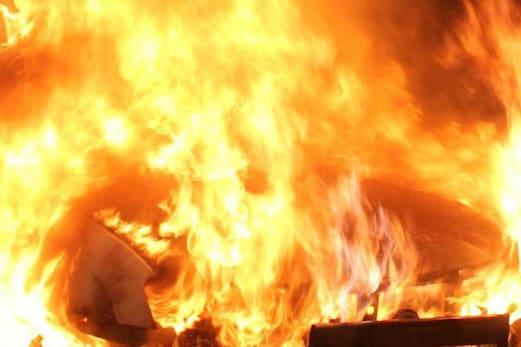 سدھارتھ نگر: لكھنا پار گاؤں میںکلام کے پھونس کے گھر میں لگی آگ ، کنبہ کے چار افراد کی موت