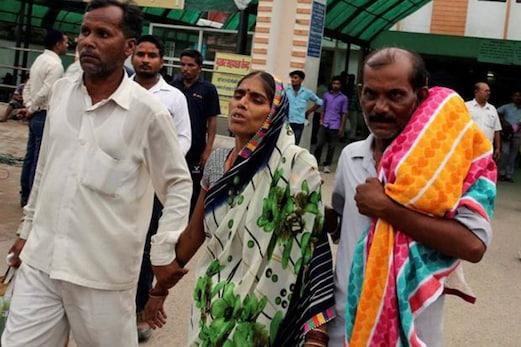 گورکھپور: اسپتال نے لاش کے لئے ایمبولینس تک نہیں دی ، کہا : بچہ تو چھوٹا ہے ، ٹیمپو میں لے جاو