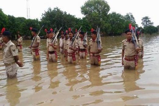 یوم آزادی :یہاں ترنگا لہرانے کشتی سے پہنچے افسران ، كمربھر پانی میں گھس کر جوانوں نے دی سلامی