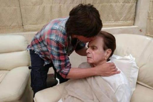 شہنشاہ جذبات دلیپ کمارسے ملنے پہنچے کنگ خان ، سائرہ بانو نے کہا :منہ بولا بیٹا