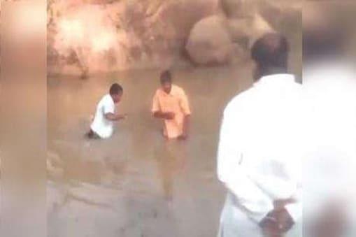 تلنگانہ میں دو دلتوں کے ساتھ مقامی لیڈروں کے غیر انسانی سلوک کا ایک ویڈیو شوشل میڈیا پر ہورہا ہے ۔