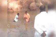 تلنگانہ : مقامی لیڈروں کی غنڈہ گردی ، دلتوں سے گندے تالاب میں زبردستی لگوائی ڈبکی