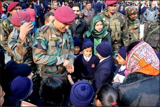 ٹیم انڈیا کے سابق کپتان ایم ایس دھونی کا اچانک دورہ کشمیر، آرمی پبلک اسکول کے طلبہ کے ساتھ بات چیت
