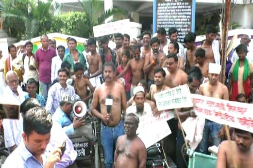ناندیڑ :میونسپل کارپوریشن کو ذمہ داری کا احساس دلانے کیلئے معذوروں کا نیم برہنہ ہوکر احتجاج