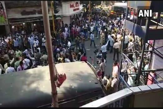 ممبئی : دادر ریلوے اسٹیشن کے باہر کانگریس اور ایم این ایس کارکنوں میں جم کر مار پیٹ ، علاقہ میں کشیدگی