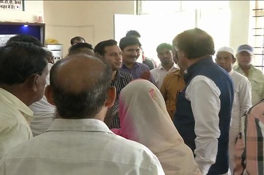 حج 2018 :فارم بھرنے کے پہلے دن ہی مدھیہ پردیش ریاستی حج کمیٹی کے دفتر میں جم کر ہنگامہ آرائی