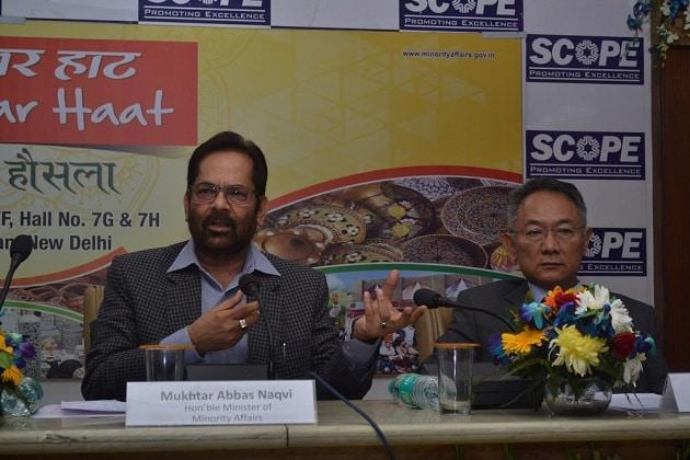 مختار عباس نقوی پریس کانفرنس کرتے ہوئے۔
