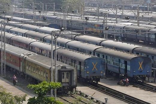 کشمیر: احتجاجیوں کی جانب سے ریلوے املاک کو شدید نقصان پہنچایا گیا، خدمات معطل