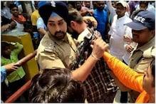 مسلم لڑکے کو بھیڑ نے گھیرا، سکھ پولیس افسر نے بچائی ایسے جان، دیکھیں ویڈیو