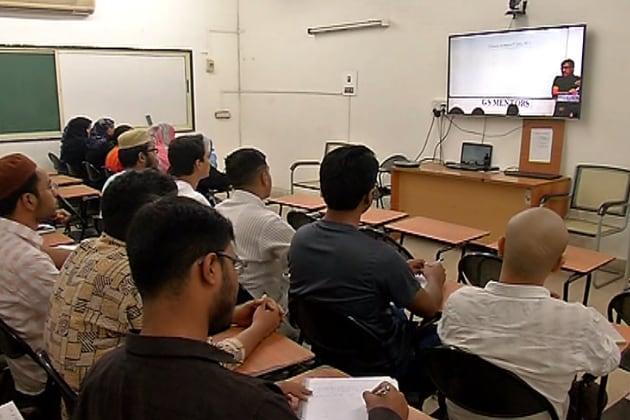 ممبئی کے حج ہاؤس میں اگست کے مہینے سے باقاعدہ کلاسیز کا آغاز ہوجاتا ہے۔ اس دوران انہیں دہلی کی بہترین تربیتی مراکز سے آن لائن کوچنگ دی جاتی ہے۔ ساتھ ہی ماہرین کے خصوصی لیکر کا انتظام بھی کیا جاتا ہے۔