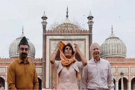 نکی ویلی نے گوری شنكر مندر میں پوجاکی، شیش گنج گرودوارہ اور دہلی جامع مسجد گئیں