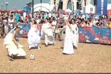 شادی کے لباس میں فٹ بال کھیلتی نظر آئیں یہاں کی خواتین ، دیکھ کر لوگ رہ گئے حیران