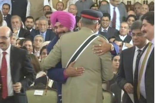 پاک فوجی سربراہ سے گلے ملے، پاک مقبوضہ کشمیر کے صدر کے بغل میں بیٹھے سدھو