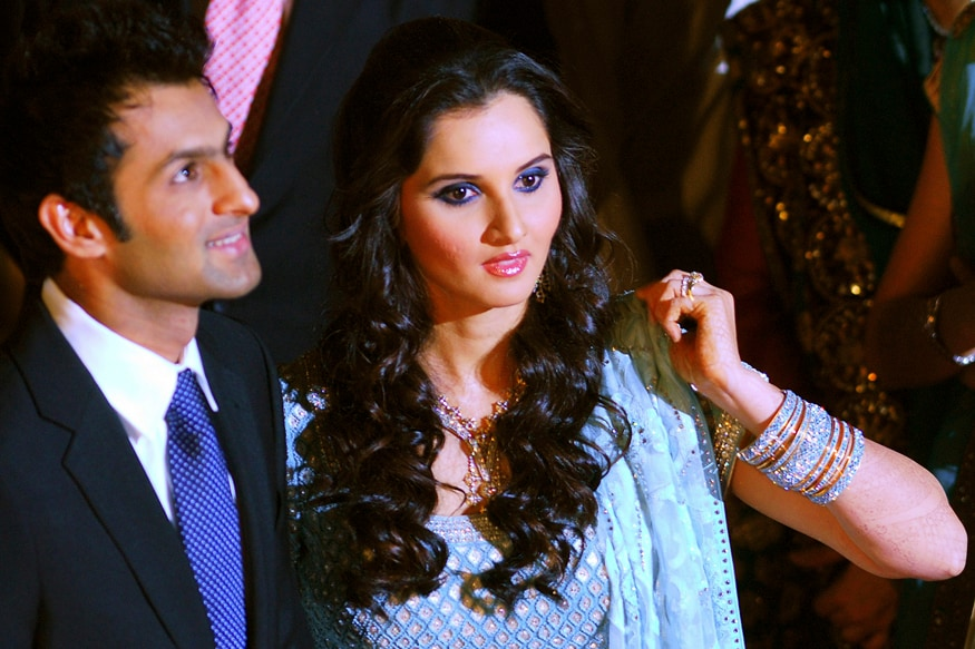 Indian tennis star Sania Mirza (R) and her husband Pakistani cricketer Shoaib Malik pose for photographs during their wedding reception in Lahore, Pakistan's Punjab Province April 27, 2010. Picture taken April 27, 2010. REUTERS/Stringer   (PAKISTAN - Tags: SPORT CRICKET TENNIS)   QUALITY FROM SOURCE - GM1E64S19HA01