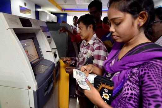 ایس بی آئی کسٹمر اے ٹی ایم سے نکال پائیں گے صرف 20 ہزار روپئے، پڑھیں چار دیگر بڑی تبدیلیاں
