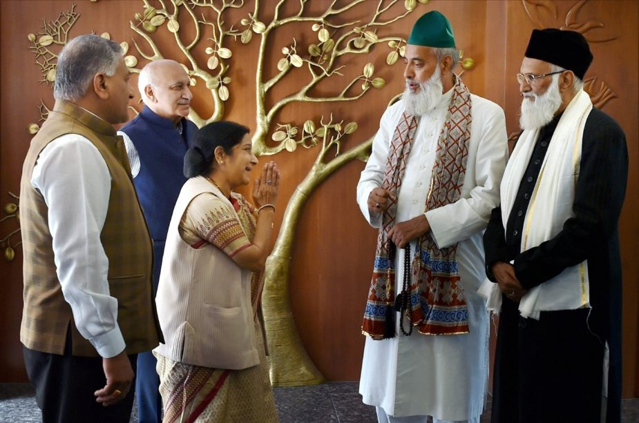 New Delhi: External Affairs Minister Sushma Swaraj with Syed Asif Nizami, the head priest of Hazrat Nizamuddin Aulia Dargah, and his nephew Nazim Ali Nizami, who went missing in Pakistan last week, after a meeting at Jawaharlal Bhawan in New Delhi on Monday. MoSes for External Affairs V K Singh and MJ Akbar are also seen. PTI Photo by Manvender Vashist   (PTI3_20_2017_000190B)