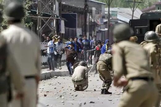 کپواڑہ میں مظاہرین اور فورسز کے درمیان جھڑپ، 7ویں میں پڑھنے والے طالب علم کی موت
