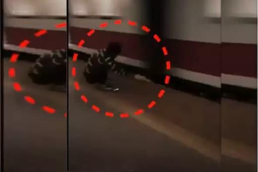 پلیٹ فارم میں پھنسا نوجوان لیکن دوست  نے نہیں چھوڑا ہاتھ ، دیکھیں خوفناک ویڈیو