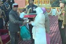 پورے ملک میں 70 ویں یوم جمہوریہ کی دھوم، راج پتھ پرپرچم کشائی، صدرجمہوریہ کے ہاتھوں شہید نذیراحمد وانی کی بیوہ مہ جبیں کو'اشوک چکر' دیا گیا