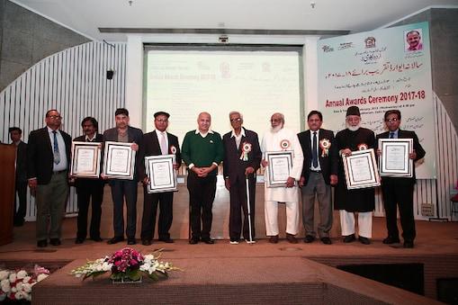 اردو اکادمی ایوارڈ یافتگان نائب وزیراعلیٰ منیش سسودیا کے ساتھ۔
