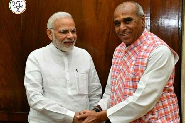 بی جے پی امیدوار جگدمبیکا پال وزیر اعظم مودی کے ساتھ