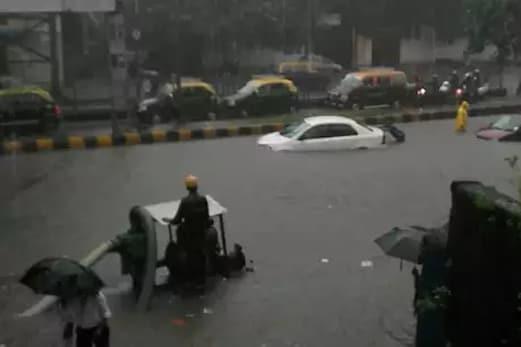 ممبئی میں پھر شروع ہوئی موسلا دھار بارش ، کئی علاقوں میں سیلاب جیسی صورتحال ، ریلوے ٹریفک بھی متاثر