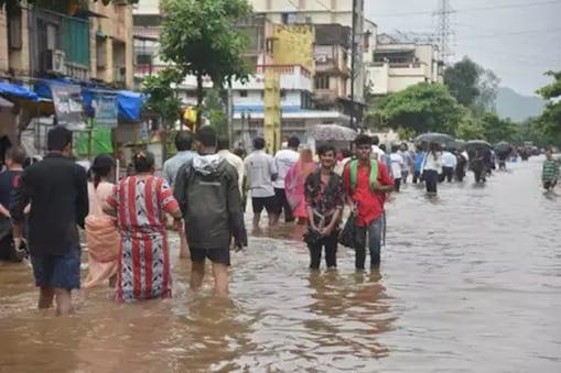 باشندگان ممبئی کیلئے ایک مرتبہ پھر بارش آفت بن کر سامنے آئی ہے ۔ یہی نہیں ، مزید بھاری بارش کی پیشین گوئی کی گئی ہے ۔ محکمہ موسمیات کے مطابق ممبئی اور آس پاس کے علاقوں میں اتوار کو بھاری بارش کا امکان ہے ۔