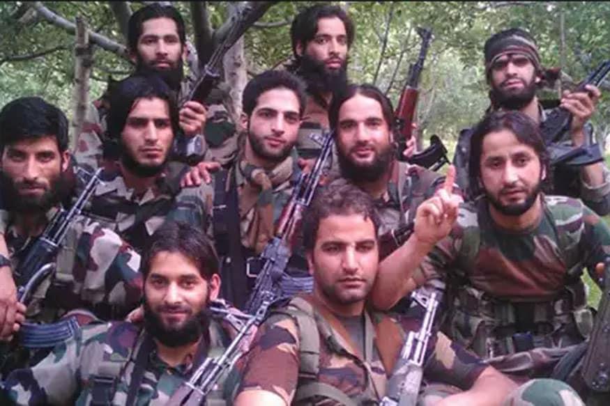 دہشت گرد برہان وانی اپنے ساتھیوں کے ساتھ ۔(تصویر:فائل فوٹو)۔