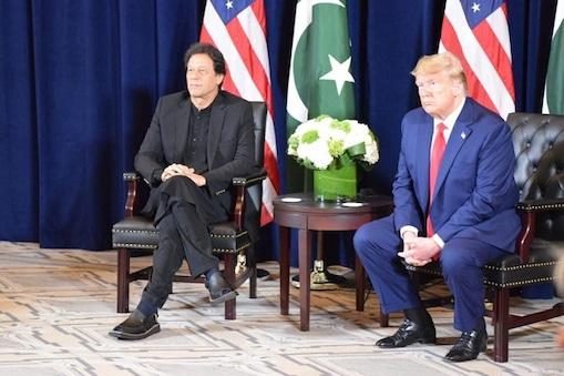 امریکی صدر ڈونلڈ ٹرمپ نے ہندوستان اورپاکستان کےدرمیان ایک بار پھرمسئلہ کشمیر کوحل کرنے کیلئے ثالثی کی پیشکش کردی۔ وزیراعظم عمران خان کے ساتھ میڈیا سے گفتگو کرتے ہوئے صدرڈونلڈ ٹرمپ نے کہا کہ عمران خان کے ساتھ میری اچھی ورکنگ ریلیشن شپ ہے،