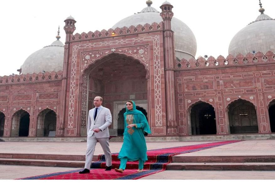 پاکستان کے پانچ روزہ دورے کے بعد برطانیہ کے شہزادہ ولیم اور ان کی اہلیہ کیٹ مڈلٹن جمعہ کو اپنے وطن واپس لوٹ گئے۔
