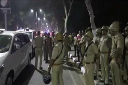 علی گڑھ مسلم یونیورسٹی کے ہاسٹل میں پھندے پرلٹکی ملی طالب علم کی لاش، مشتعل طلبا نے ایس پی کی گاڑی پر کیا حملہ