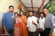 تصویر: اسمبلی انتخابات 2019 کے لئے سیاستدانوں نے اپنے ووٹ کا کیا استعمال، دیکھیں تصاویر