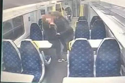 شراب کے نشہ میں مدہوش جوڑا چلتی ٹرین میں ہی کرنے لگا ایسا کام ، سی سی ٹی وی میں قید ہوا پورا واقعہ