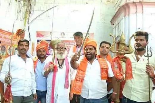 ہندواگر200 روپئےکماتا ہےتو50 روپئےہتھیارپرخرچ کرو: اکھل بھارت ہندومہا سبھا کی نصیحت