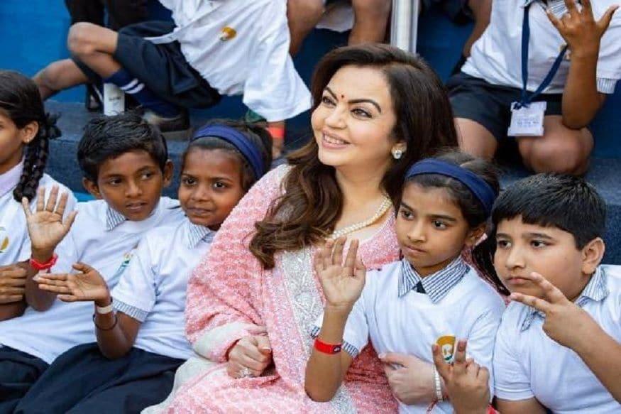 نیتا امبانی کھیلوں کو فروغ دینے کے لیے کافی دلچسپی کا مظاہرہ کرتی رہی ہیں۔انہوں نے اسکولی نصاب میں کھیلوں کوشامل کرنے پرزوردیاہے۔(تصویر:نیوز18)۔