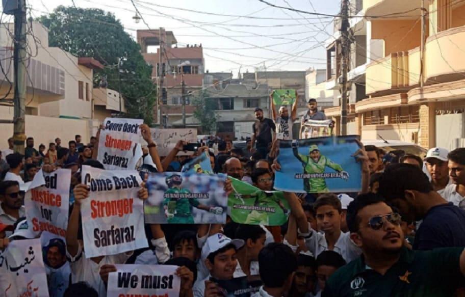 کراچی میں سرفرازاحمد کی حمایت میں احتجاج کرتے ہوئے لوگ۔