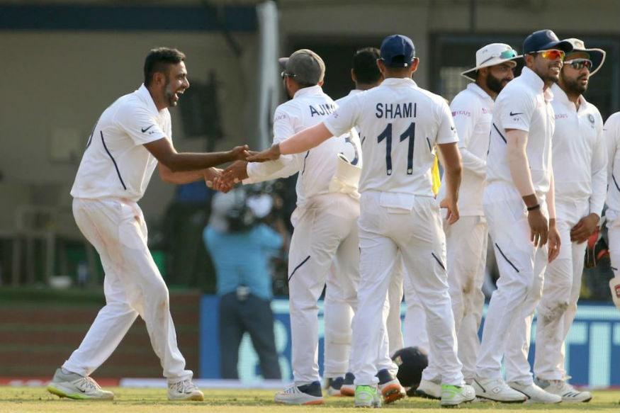 وکٹ لینے کے بعد جشن مناتے ہوئے ٹیم انڈیا کے کھلاڑی۔