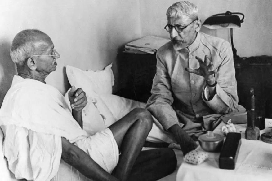 بابائے قوم مہاتما گاندھی اور ملک کے پہلے وزیرتعلیم مولانا ابوالکلام آزاد۔ آج ان کا 131 واں سالگرہ ہے۔