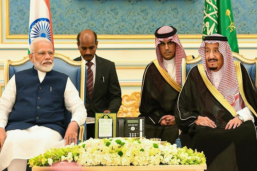 وزیراعظم نریندرمودی، سعودی فرمانروا شاہ سلمان بن عبد العزیزالسعود کے ساتھ دیکھے جاسکتے ہیں۔(تصویر:نیوز18)۔