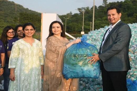 ریلائنس فاؤنڈیشن نے 78 ٹن پلاسٹک کی بیکار بوتلوں کو اکھٹا کر کے بنایا ریکارڈ