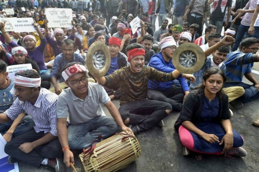 شہریت ترمیمی بل کے خلاف احتجاج ہوا پرتشدد ، پولیس نے طلبہ پر داغے آنسو گیس کے گولے ، آسام اور تری پورہ میں فوج تعینات