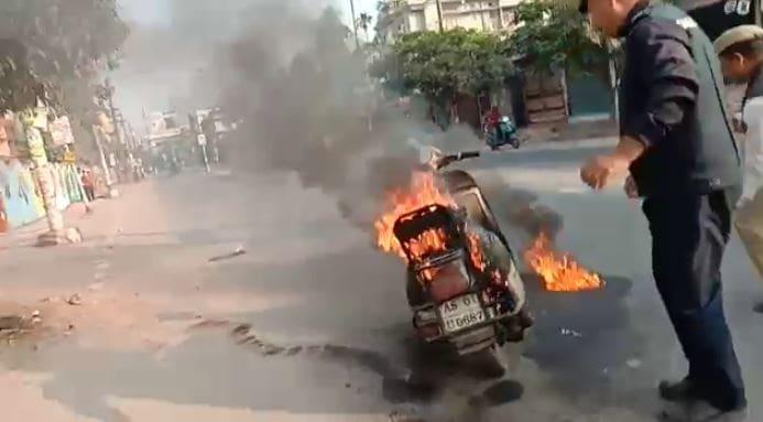ڈبروگڑھ میں احتجاج کے دوران ایک گاڑی کو آگ لگادی گئی۔