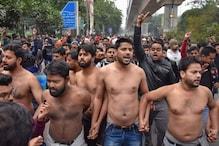 کپکپاتی ٹھنڈ میں جامعہ ملیہ اسلامیہ کے طلبہ نے شرٹس اتار کر کیا مظاہرہ ، جانیں کیوں ؟