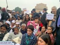 جامعہ  کے طلباء پرتشدد: انڈیا گیٹ پر کانگریس لیڈروں کے ساتھ دھرنے پر بیٹھیں پرینکا گاندھی