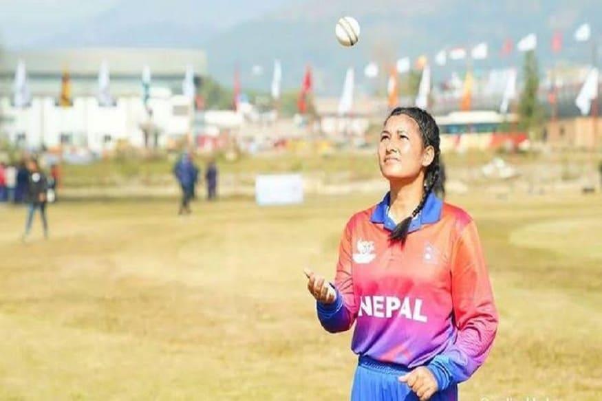 نیپالی خواتین کرکٹ ٹیم کی گیند بازانجلی چند نےاپنےڈیبیو میچ میں بغیررن دیئے6 وکٹ لے کر تاریخ رقم کی تھی۔ فائل فوٹو