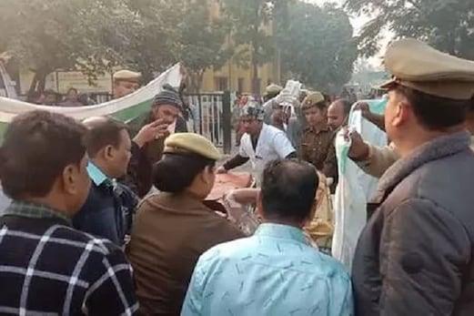 اناؤ: ضمانت پر رہا ہوئے عصمت دری کے ملزمان نے متاثرہ پر مٹی کا تیل چھڑک کر زندہ جلایا، حالت سنگین