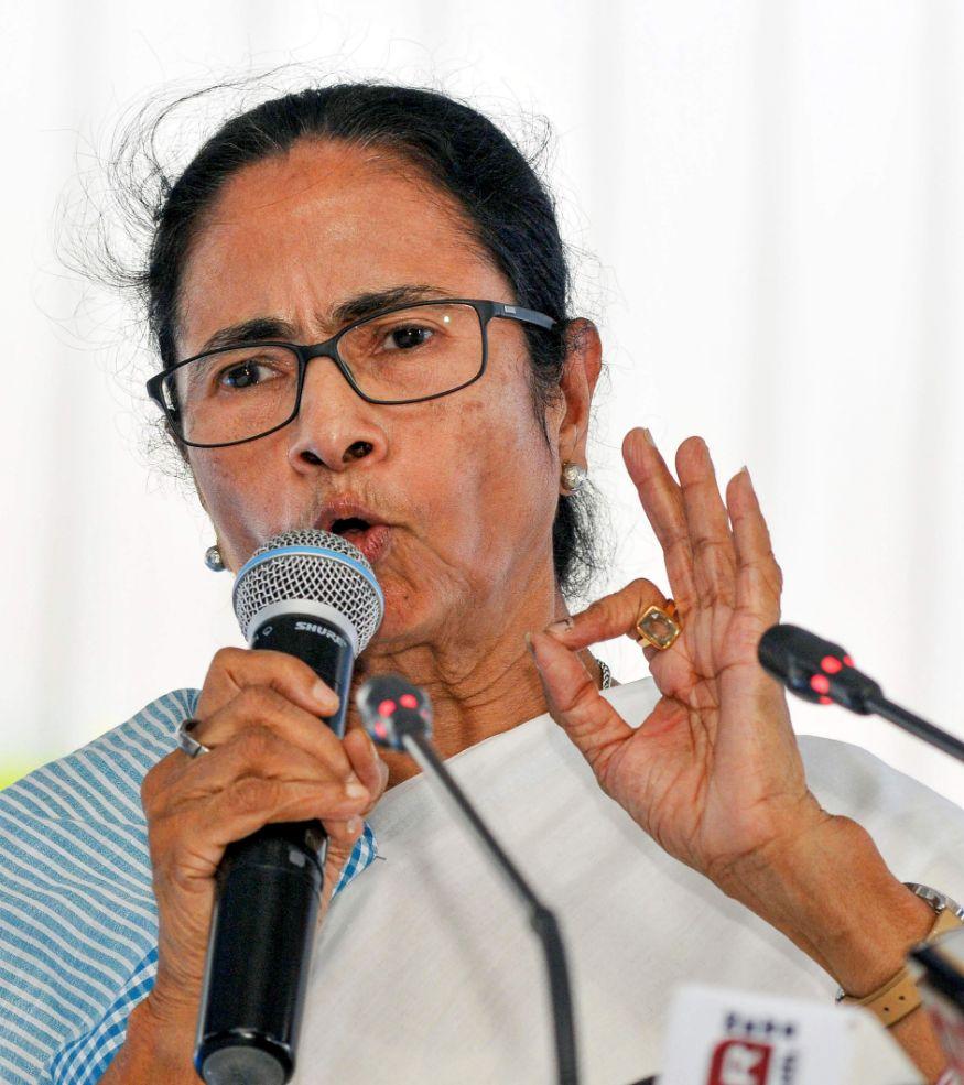 مغربی بنگال کی ممتا بنرجی حکومت نے لداخ کی گلوان وادی میں چینی فوجیوں کے ساتھ پرتشدد جھڑپ میں شہید ہوئے جوانوں کے اہل خانہ کو پانچ پانچ لاکھ روپے امداد دینے اور خاندان کے ایک رکن کو سرکاری نوکری دینے کا بدھ کو اعلان کیا۔
