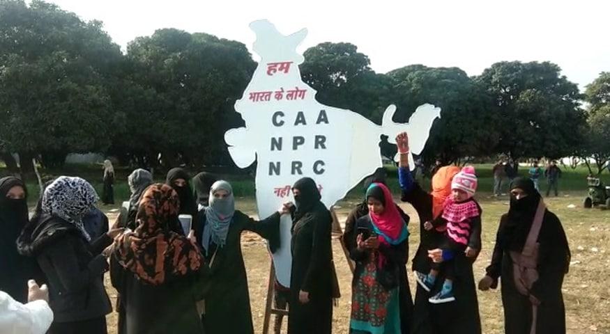 شہریت ترمیمی قانون اور این آر سی کے خلاف تقریبا پانچ ہزار خواتین عید گاہ میدان میں مستقل دھرنے پر بیٹھ گئی ہیں ۔ تصویر : تنظیر انصار ۔