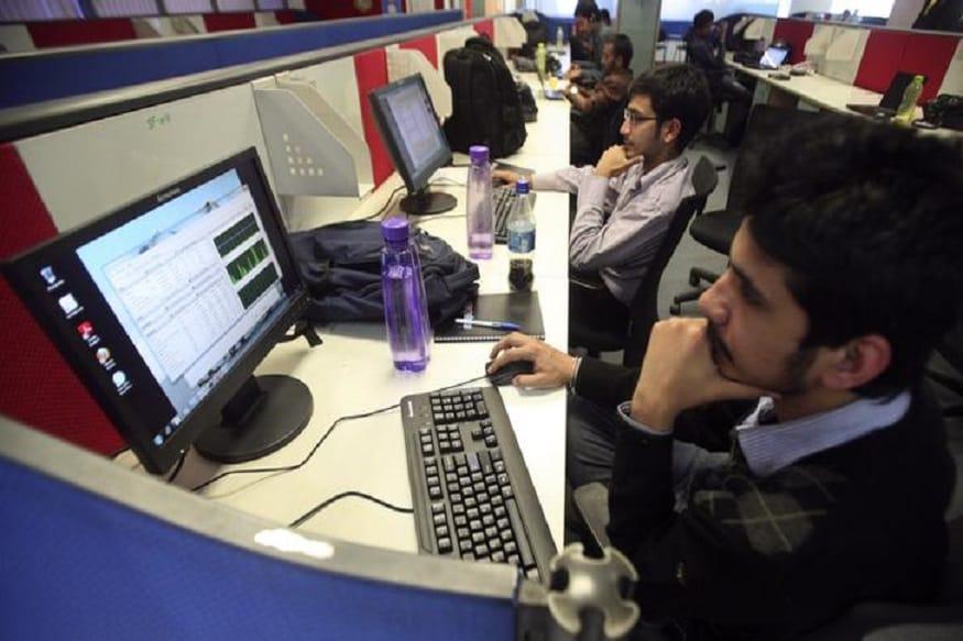 نجی کمپنیوں میں کام کرتے ہوئے ملازمین۔(تصویر:نیوز18 )۔