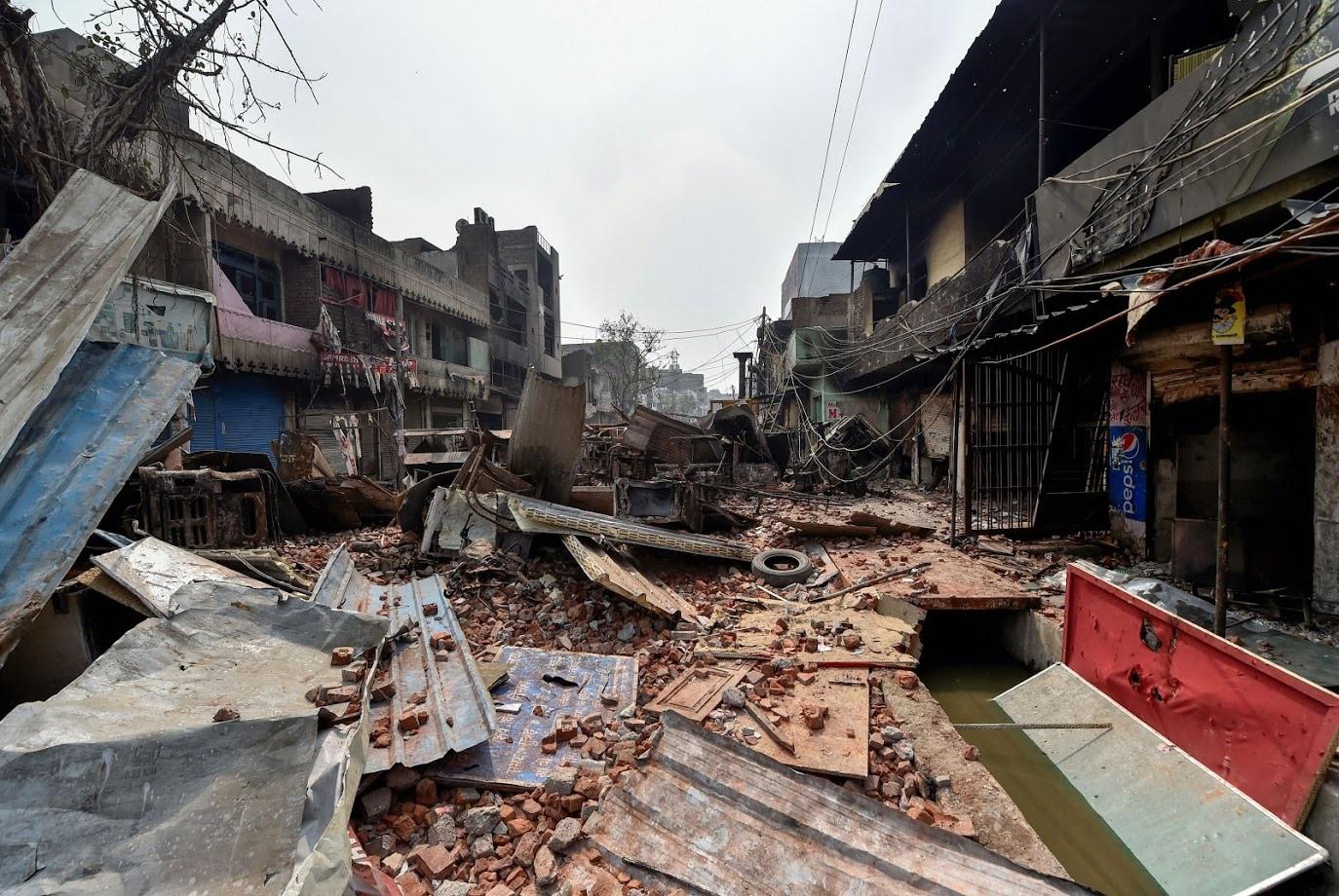 فسادات متاثر شمال مشرقی دہلی کے علاقے بھاگیرتی وہار علاقے میں ہنگامے کے دوران پڑے اینٹ پتھر۔ شرپسندوں نے اس دوران متعدد دکانوں کوآگ کے حوالے کردیا۔